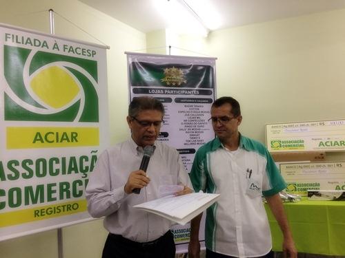 Os diretores da ACIAR Daniel e Mauro César comandaram o sorteio dos prêmios
